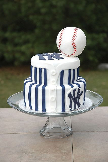 Any NY Yankees fan would love this classy groom's cake.
